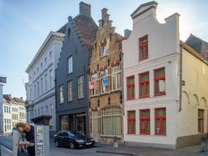 Goed gelegen handelsgelijkvloer met woonst in het centrum van Brugge.<br /> <br /> Indeling:<br /> Eigendom bestaande uit:<br /> > Kelder (29m&sup2