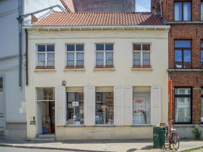 Handelspand met woonst op een goeie commerciële ligging in het centrum van Brugge.<br /> <br /> Indeling:<br /> Onroerend goed bestaande uit:<br