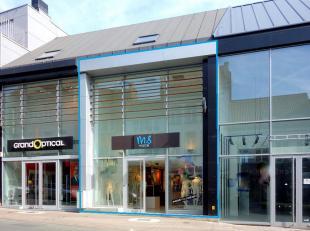 <br /> Modern en instapklaar handelspand in de winkelstraat van Geraardsbergen. <br /> <br /> Het pand geniet van een ruime etalage van 7 m en een vr