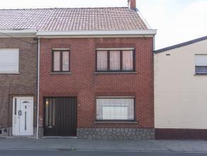 Dit verrassend ruime huis met een grondopp. van ca. 400m² is gelegen in Ooigem. Deze woning geniet van een vlotte bereikbaar naar belangrijke inv