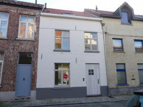 Prachtig gerenoveerd huis met 3 slaapkamers en zonnige stadskoer in centrum Brugge. <br /> <br /> Indeling:<br /> Glvl.: Inkom met gastentoilet - apar