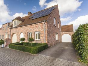 Deze gezellige cottagewoning is gelegen te Kortrijk in de Ronksdreef en beschikt over drie slaapkamers, een garage en een tuin.<br /> De woning is rus