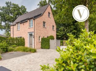 Omgeven door groen bevindt zich deze hedendaagse villa (°2013) met een hoog comfortgehalte. Dit vrijstaand huis te koop op een zuid-west geori&eum