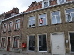 Moderne studio op toplocatie, dichtbij station Brugge.<br /> <br /> Indeling:<br /> 1°V.: Leefruimte (25m²) met keuken voorzien van spoelbak,