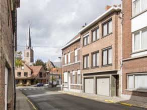 Op een steenworp van de Sint-Tillo kerk staat deze statige bell-etage woning te koop! Dit huis ligt in de Kortrijksestraat op slechts enkele minuten w