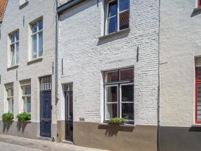 In de Raamstraat vinden we deze charmante rijwoning met 3 slaapkamers en koer, op een centrale ligging in de Brugse binnenstad. Deze woning is volledi
