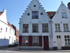 Ruime burgerswoning met 4 slaapkamers, stadskoer en garage in hartje Brugge.<br /> <br /> Indeling:<br /> Glvl.: Ruime inkomhal met gastentoilet - woo