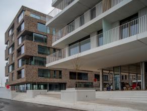 Prachtig nieuwbouwappartement (5°V) met 2 slaapkamers en ruim terras met zicht op Brugge. Het appartement is gelegen nabij het station en dicht bi
