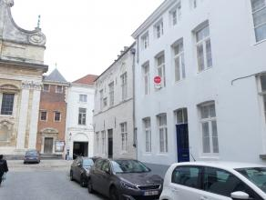 Gezellige burgerwoning in centrum Brugge!<br /> <br /> Indeling:<br /> Glvl.: Inkom - berging met aansluiting voor wasmachine - eethoek (21,5m²)