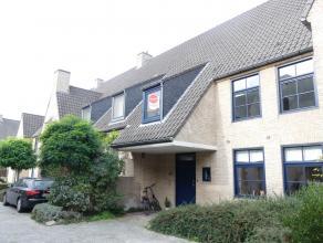 Ruime woning met 4 slaapkamers en garage in Brugge centrum.<br /> <br /> Indeling:<br /> Glvl: Inkomhal (9,5m²) met afzonderlijk toilet - ruime w