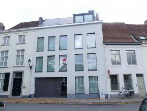 Kwalitatief nieuwbouwappartement (1°V.) te huur aan de Langerei met 2 slaapkamers en een zonnig terras. Dit pand is gelegen in hartje Brugge op en