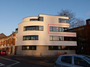 Dit luxueus één slaapkamer appartement bevindt zich aan de Overzet in Gent. Vanuit de leefruimte en het terras heb je een schitterend 20