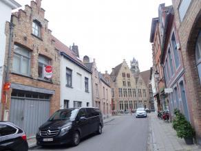Ruim duplex appartement met 2 slaapkamers en zonnig terras in centrum Brugge. <br /> <br /> Indeling: <br /> Gelijkvloers: inkom met berging en aanslu