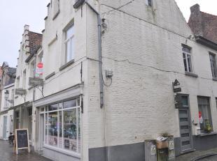 Ruime woning met 4 slaapkamers, stadskoer en garage. Woning is gelegen in het centrum van Brugge nabij de Katelijnepoort.<br /> <br /> Indeling:<br />