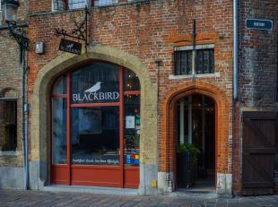 Volledig geïnstalleerde ontbijt- en lunchroom Blackbird over te nemen in het volle centrum van Brugge.<br /> <br /> Indeling:<br /> Handelsgelijk