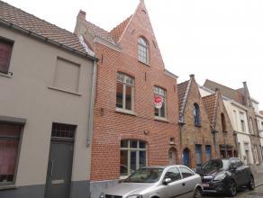 Gezellig, zonnig huis te huur met 3 slaapkamers en terras in centrum Brugge<br /> <br /> Indeling:<br /> Glvl.: Inkomhal met toilet - living (29m&sup2