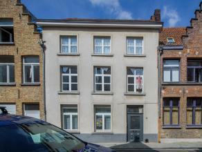Stadswoning te koop in het historische centrum van Brugge. Het huis geniet 4 slaapkamers en een ruime, polyvalente zolderverdieping met duplexniveau.