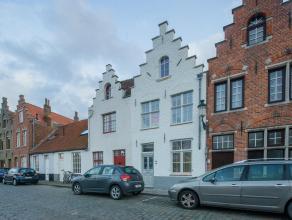 Op een grondoppervlakte van 117m² vinden we deze gerenoveerde stadswoning te koop. Gelegen nabij het centrum van Brugge langs de Potterierei. De