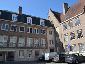 Ruim appartement met 2 slaapkamers in centrum Brugge, dicht bij alle winkels, openbaar vervoer en scholen.<br /> <br /> Indeling:<br /> 2°V.: Inko