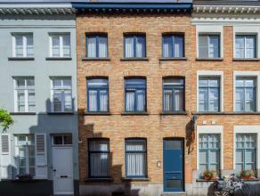 Karaktervol herenhuis met 3 slaapkamers, badkamer, open bureelruimte en stadskoer! <br /> <br /> Rustig gelegen en toch in het hart van  Brugge ; in d