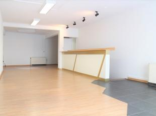 Het handelsgelijkvloers heeft een oppervlakte van ongeveer 80 m². Gevelbreedte is 5,00 m. <br /> Het is momenteel ingedeeld als volgt:<br /> <br