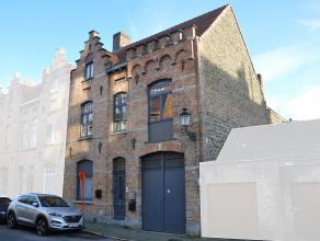 Gerenoveerde burgerwoning in het centrum van Brugge. Het gebouw gelegen in de Pater Damiaanstraat, nabij de Guldenvlieslaan en Hoefijzerlaan, bestaat