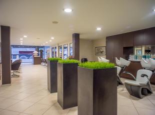 Instapklaar handelsruimte met brede etalage op 40m van de Lippenslaan en 150m van de Kustlaan.<br /> <br /> INDELING:<br /> Polyvalent handelsgelijkvl