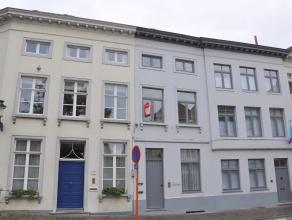 Gemeubeld appartement met 1 slaapkamer op prachtlocatie in het centrum van Brugge. <br /> <br /> Indeling:<br /> 1°V.: Leefruimte (30m²) met