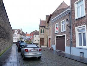 Gezellige rijwoning te huur met 1 slaapkamer in hartje Brugge. Het appartement bevat ook een stadskoertje.<br /> <br /> Indeling:<br /> Glvl.: Inkomha