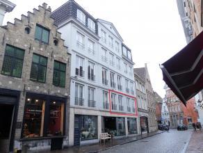 Ruim appartement te huur op de 1e verdieping met 2 slaapkamers in centrum Brugge.<br /> <br /> Indeling: <br /> 1°V.: woonkamer (34m²) in teg