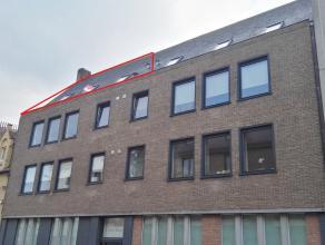 Gezellig dakappartement te huur met 2 slaapkamers, gelegen nabij 't Zand.<br /> <br /> 3°V.: Woonkamer (28m²) met open ingerichte keuken voor