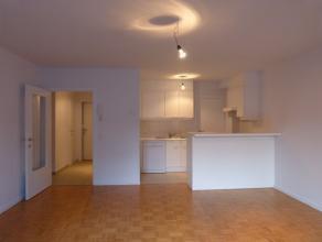 Dit instapklaar appartement op de eerste verdieping geniet van een aangename leefruimte met open keuken.<br /> <br /> Het appartement beschikt over tw