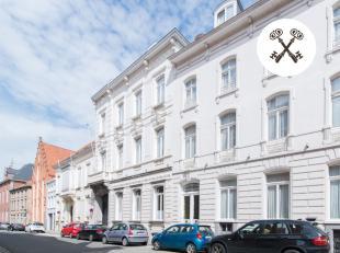 Neoclassicistisch herenhuis (1861) in het centrum van Brugge nabij de Grote Markt, de Burg, de Reitjes,... op een grondoppervlakte van 620m² en m