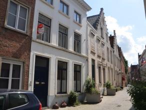 Gerenoveerde instapklare duplex met 2 slaapkamers en een zonnig terras in Brugge.<br /> <br /> Indeling:<br /> Glvl.: woonkamer (34m²) - open ing