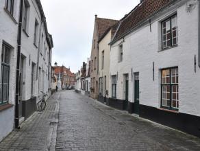Rustig gelegen gerenoveerde rijwoning met 2 slaapkamers en terras in hartje Brugge<br /> <br /> IIndeling:<br /> Glvl.: inkomhal (2,5m²) met gast