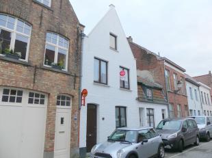 Gezellig en instapklaar huis te huur in centrum Brugge. Het huis heeft 2 slaapkamers en een stadskoertje. <br /> <br /> Indeling.:<br /> Glvl.: inkom
