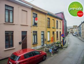 Deze rijwoning is gelegen in de kleine ring van Gent op enkele minuten van het centrum. De woning is in 2011 compleet gerenoveerd en voldoet ruimschoo