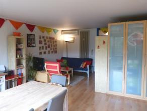 Deze ruime studio kijkt uit op het Citadelpark in Gent. Doordat de studio zuid-west georiënteerd is komt er steeds veel licht binnen. De ligging