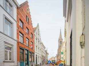 Statige herenwoning met de mogelijkheid tot handelshuis in het centrum van Brugge. Dit op te frissen huis te koop biedt vele mogelijkheden, enerzijds