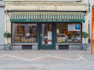 Commercieel goed gelegen handelsgelijkvloers nabij 't Zand.<br /> <br /> Indeling:<br /> > Handelsgelijkvloers bestaande uit winkel, kleine koer, b