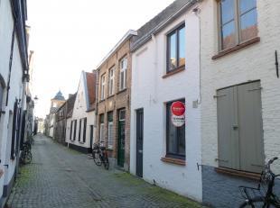 Gezellig huis te huur met stadskoertje in Hartje Brugge. Het huis is recent gerenoveerd. In de living is er veel lichtinval en komt de zon mooi binnen
