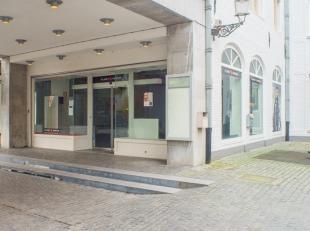 Casco handelspand (245m²) op topligging over Bellerose Zilverpand in het commerciële centrum van Brugge. Wijziging naar horecabestemming toe