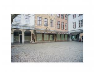 Volledig ingericht handelspand (240m²) op topligging Zilverpand in het commerciële centrum van Brugge.<br /> <br /> INDELING:<br /> Gelijkvl