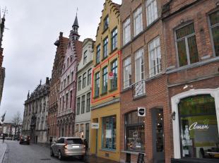 Authentiek appartement te huur met 1 slaapkamer en terras in hartje Brugge.<br /> <br /> Indeling:<br /> 1°V.: Inkomhal - living (30m²) met i
