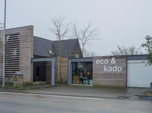 Woonst met bedrijfsgebouw centraal gelegen te Zedelgem.<br /> <br /> VOLLEDIG GERENOVEERDE WONING:<br /> <br /> Indeling:<br /> Inkom, ruime bureau, k