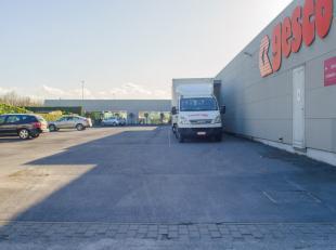 """Bedrijfsgebouw (2.389m²), zichtbaarheid van op de E40, direct gelegen aan de afrit """"Zandvoorde"""" op industriezone Autostrade.<br /> <br /> Indelin"""