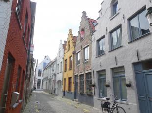 Gelegen in het hartje Brugge, op een boogscheut van de Grote markt en alle nodige voorzieningen vindt u deze prachtige woning met typisch authentieke