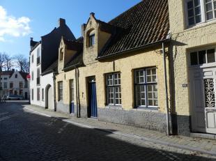 Gezellig en karaktervol huis te huur in centrum Brugge. Het huis bevat 2 slaapkamers, ruime living en een terras. <br /> <br /> Indeling.:<br /> Glvl.