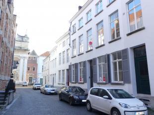 Charmante herenwoning met 3 slaapkamers, 2 badkamers en koer in centrum van Brugge. <br /> <br /> Indeling:<br /> Glvl.: inkom - afzonderlijk toilet -