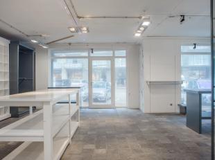 Handelsgelijkvloers te huur van 115m² met kelder en volledige inrichting te Nieuwpoort!<br /> <br /> Indeling handelspand: <br /> - Winkelruimte